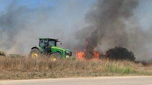 حريق ناجم عن بالونات حارقة تم إطلاقها من قطاع غزة في أرض زراعية في منطقة شاعر هنيغف في جنوب إسرائيل، 27 يونيو، 2019. (Sha'ar Hanegev regional council)