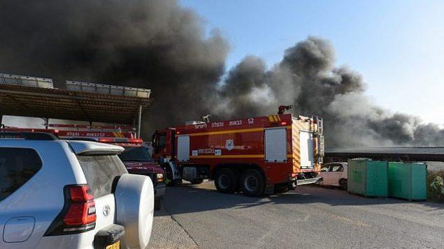 رجال إطفاء يعمل على اخماد حريق ناجم عن بالونات حارقة تم إطلاقها من قطاع غزة في جنوب إسرائيل، 27 يونيو، 2019.  (Fire and Rescue Services)