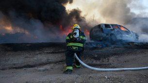 رجل إطفاء يعمل على اخماد حريق ناجم عن بالونات حارقة تم إطلاقها من قطاع غزة في جنوب إسرائيل، 27 يونيو، 2019.  (Fire and Rescue Services)