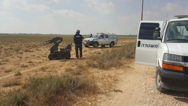 خبراء متفجرات يتعاملون مع ما يشتبه بأنها قنابل عُثر عليها داخل حقل في منطقة اشكول، 28 يونيو 2019 (Eshkol Regional Council)