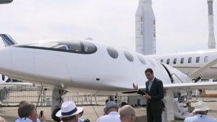 """الرئيس التنفيذي لشركة """"ايفياشن كرافت""""، عمور بار يوحاي، يعرض طائرة """"أليس"""" في معرض باريس للطيران، 19 يونيو، 2019. (screenshot: YouTube)"""