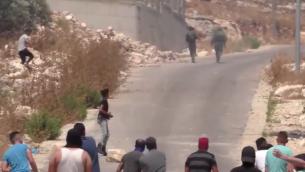 جنود اسرائيليون يفرون من راشقي حجارة فلسطينيين، 22 يونيو 2019 (screen capture/Twitter)