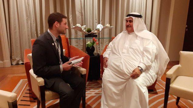 وزير الخارجية البحريني خالد بن أحمد آل خليفة يتحدث مع مراسل تايمز أوف اسرائيل رفائيل أهرين على هامش ورشة عمل 'السلام من اجل الازدهار' في المنامة، 26 يونيو 2019 (Raphael Ahren/Times of Israel)