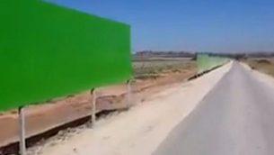 جزء من حاجز امني جديد نصب في شواريع محيطة بغزة لحماية السائقين والمزارعين الإسرائيليين من النيران والصواريخ (Channel 12 screen capture)
