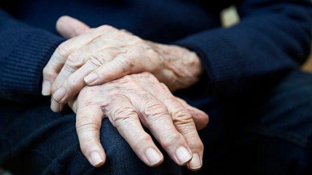 صورة توضيحية لمريض مسن يعاني من مرض الباركنسون. (Highwaystarz-Photography; iStock by Getty Images)