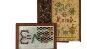 """لعبة الطفل ألبرت آينشاتين التي تحتوي على كرات خشبية ملونة صغيرة تُستخدم لإنشاء تصميمات على إطار مليء بالثقوب. كُتب على الصندوق """"Perlen-Mosaik-Spiel""""، أو """"لعبة لؤلؤة الفسيفساء"""". اللعبة مطروحة للبيع من قبل دار المزاد 'كستنباوم أند كومباني'، يونيو، 2019. (Kestenbaum & Company website)"""