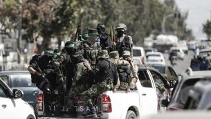 مقاتلون تابعون لحركة 'حماس' شاركون في مناورة عسكرية في مدينة غزة، 25 مارس، 2018.  (AFP Photo/Mahmud Hams)