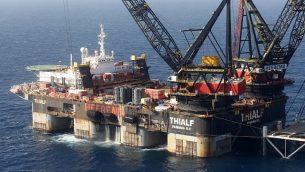 الرافعة في سفينة 'SSCV Thialf'  تضع منصة الأساس التي وصلت حديثا لحقل 'لفيتان' للغاز الطبيعي غي البحر الأبيض المتوسط، على بعد حوالي 130 كيلومترا غربي مدينة حيفا الساحلية، 31 يونيو، 2019.