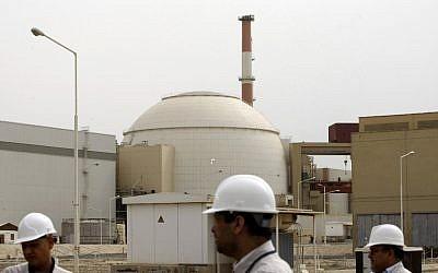 في هذه الصورة من الأرشيف التي تم التقاطها في 25 فبراير 2009 ، يسير الفنيون الإيرانيون خارج المبنى الذي يضم مفاعل محطة بوشهر للطاقة النووية، في مدينة بوشهر الساحلية الإيرانية ، على بعد 1200 كيلومتر جنوب طهران. (Behrouz Mehri/AFP Files/AFP)