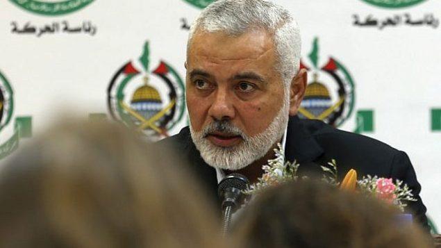 رئيس المكتب السياسي لحركة 'حماس'، إسماعيل هنية، خلال لقاء مع صحافيين أجانب في مدينة غزة، 20 يونيو، 2019. (Mohammed Abed/AFP)