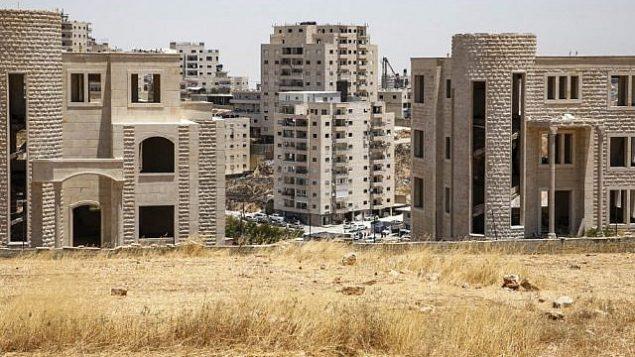 صورة من قرية بيت ساحور الفلسطينية في الضفة الغربية تُظهر المباني الفلسطينية التي صدرت لها إشعارات بالهدم ، في حي صور باهر بالقدس الشرقية ، 11 يوليو 2019.  (Hazem Bader/AFP)