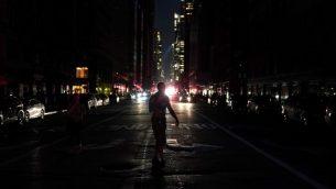الظلام في مدينة نيويورك اثناء انقطاع بالتيار الكهربائي، 13 يوليو 2019 (TIMOTHY A. CLARY / AFP)