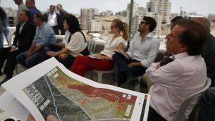 دبلوماسيون أوروبيون يقومون  بجولة للاطلاع على مبان فلسطينية صدرت أوامر بهدمها  في قرية دار صلاح بالقرب من بيت ساحور في الضفة الغربية جنوب بيت لحم في 16 يوليو 2019. (HAZEM BADER / AFP)