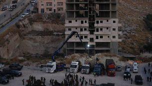مبنى فلسطيني تقوم القوات الإسرائيلية بتفجيرة في صور باهر، جنوب القدس، 22 يوليو، 2019. (Wisam Hashlamoun/Flash90)