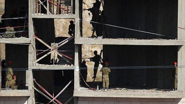هذه الصورة تم التقاطها في 22 يوليو، 2019 وتظهر قوى أمن إسرائيلية تقوم بهدم مبان فلسطينية لا تزال قيد البناء بعد صدور إشعارات بهدمها في منطقة وادي الحمص المتاخمة لحي صور باهر في القدس الشرقية. ( Ahmad GHARABLI / AFP)