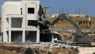 قوات الامن الإسرائيلية تهدم احد المباني الفلسطينية في قرية دار صلاح في الضفة الغربية، المتاخمة لمنطقة صور باهر، التي تقع بين الضفة الغربية والقدس، 22 يوليو 2019 (Ahmad GHARABLI/AFP)