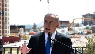 رئيس الوزراء بنيامين نتنياهو يدلي ببيان للصحافة خلال زيارة إلى هار حوما، 16 مارس، 2015. (Menahem Kahana/AFP))