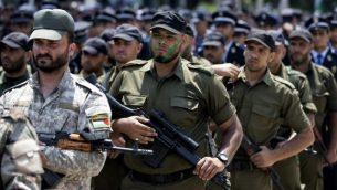 توضيحية: عناصر من الجناح العسكري لحركة حماس تشارك في مسيرة عسكرية في مدينة غزة، 26 يونيو، 2017. (AFP Photo/Mahmud Hams)