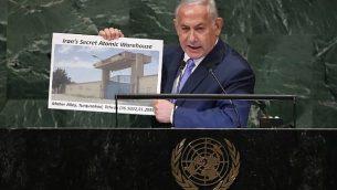 رئيس الوزراء الإسرائيلي بنيامين نتنياهو يحمل لافتة تظهر موقعاً إيرانياً مشكوكاً فيه، خلال إلقائه لخطاب في الجمعية العامة للأمم المتحدة في 27 أيلول / سبتمبر 2018 في مدينة نيويورك. (John Moore/Getty Images/AFP)