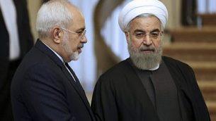 الرئيس الإيراني حسن روحاني، يمين، يستمع إلى وزير خارجيته محمد جواد ظريف قبيل جلسة في طهران، إيران، 24 نوفمبر، 2015. (Vahid Salemi/AP)