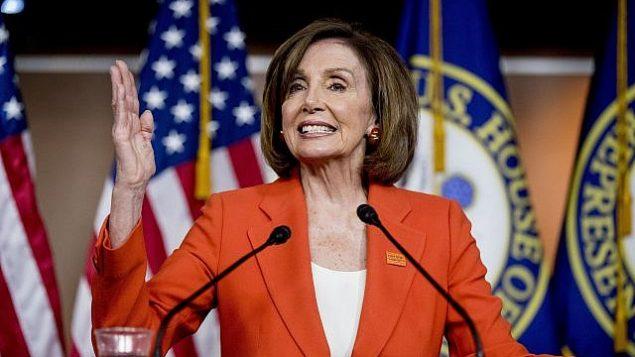 رئيسة مجلس النواب الأمريكي نانسي بيلوسي (ديمقراطية-كاليفورنيا)، تتحدث في مبنى الكابيتول في واشنطن، 5 يونيو، 2019. (Andrew Harnik/AP)