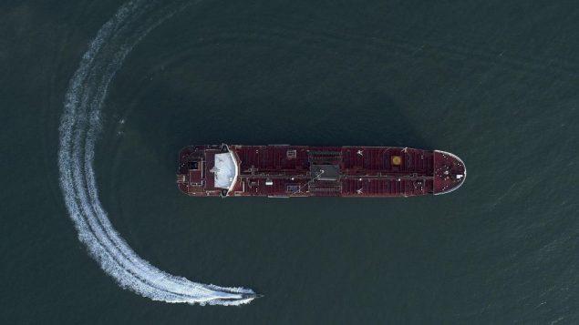 صورة جوية تظهر قارب تابع للحرس الثوري الإيراني حول ناقلة النفط التي ترفع العلم البريطاني 'ستينا امبيرو'، التي سيطر عليها الحرس الثوري في مصيق هرمز، 21 يوليو 2019 (Morteza Akhoondi/Tasnim News Agency via AP)