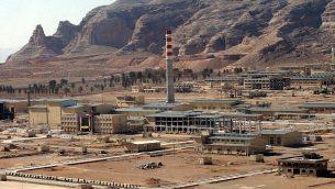 منشأة تحويل اليورانيوم الإيرانية بالقرب من أصفهان ، والتي تعيد معالجة تركيز خام اليورانيوم في غاز سداسي فلوريد اليورانيوم، والذي يتم نقله بعد ذلك إلى نطنز وصبه في أجهزة الطرد المركزي لتخصيب اليورانيوم ، 30 مارس 2005. (AP / Vahid Salemi)