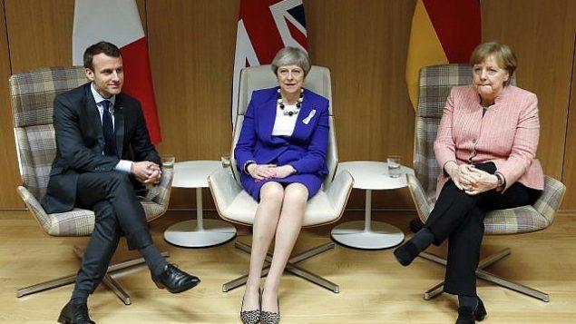 رئيس الوزراء البريطانية تيريزا ماي، وسط، والمستشار الألمانية أنغيلا ميركل، يمين، والرئيس الفرنسي إيمانويل ماكرون، يسار، خلال لقاء على هامش قمة الاتحاد الأوروبي في مبنى 'يوروبا'  في بروكسل، 22 مارس، 2018.  (Francois Lenoir, Pool Photo via AP)