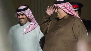 وزير الخارجية البحريني خالد بن أحمد آل خليفة، يمين، يحيي وزير الخارجية الأمريكي مايك بومبيو عند مغادرته  لقصر القضيبية في المنامة، الجمعة، 11 يناير، 2019. (Andrew Caballero-Reynolds/Pool/ AP)