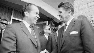 ريتشار نيكسون، يسار، يرحب بحاكم ولاية كاليفورنيا رونالد ريغان، يمين، مع وصول الأخير إلى سان دييغو في 16 أغسطس 1968. (Henry Burroughs/AP)