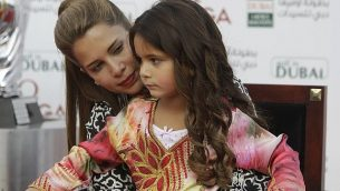 الأميرة هيا بنت الحسين تحمل ابنتها الجليلة في حضنها خلال حفل توزيع جوائز بطولة 'دبي ليديز ماسترز' للغولف في دبي ، الإمارات العربية المتحدة ، السبت 8 ديسمبر 2012. (AP Photo / Kamran Jebreili)