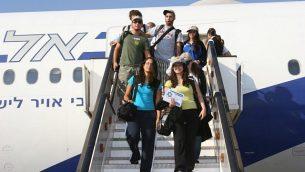 توضيحية: قادمون جدد إلى إسرائيل ينزلون من الطائرة في مطار بن غوريون. (Courtesy Nefesh B'Nefesh/via JTA)