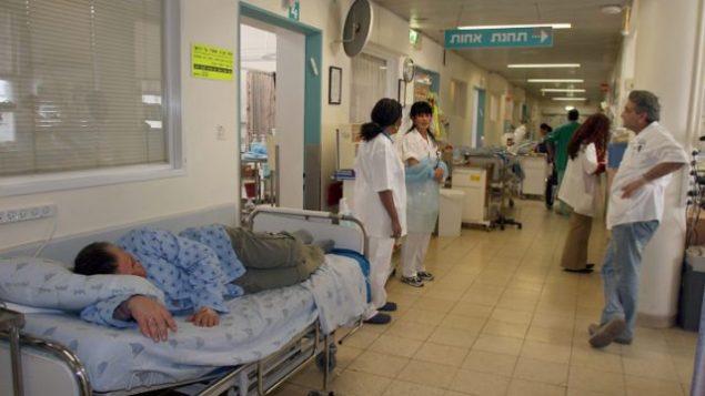 مريض ينتظر غرفة في مستشفى إيخيلوف في تل أبيب. Gideon Markowicz/Flash90)