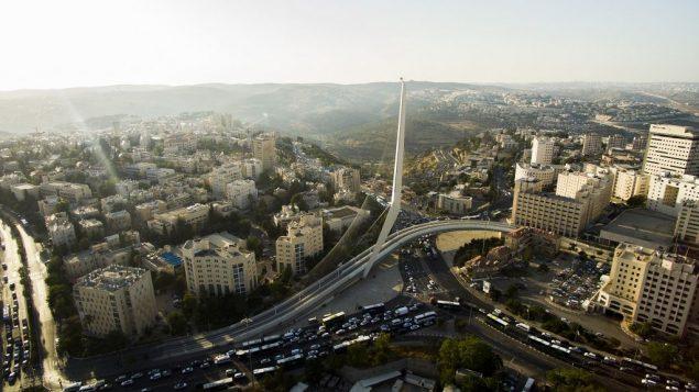 صورة جوية لجسر الاوتار عند مدخل القدس، 10 يوليو 2017 (Gidi Avinary/FLASH90)
