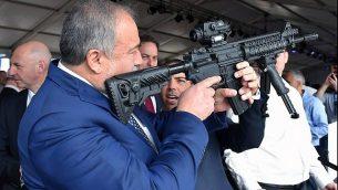 وزير الدفاع أفيغدور ليبرمان خلال زيارة لمصنع أسلحة في سديروت، 14 ديسمبر، 2017.  (Ariel Hermoni/Defense Ministry/Flash90)