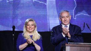 رئيس الوزراء بنيامين نتنياهو وزوجته سارة خلال حدث لحزب الليكود في القدس، 16 ابريل 2019 (Hadas Parush/Flash90)