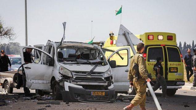 سيارة أصيبت بصاروخ تم إطلاقه من قطاع غزة بالقرب من الحدود بين إسرائيل وغزة في 5 مايو، 2019. (Noam Rivkin Fenton/Flash90)
