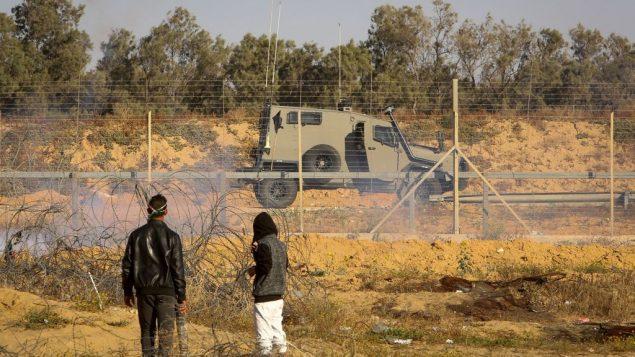متظاهرون فلسطينيون يشتبكون مع قوات امن اسرائيليين خلال مظاهرة عند حدود غزة، شرقي مدينة رفح في جنوب قطاع غزة، 10 مايو 2019 (Abed Rahim Khatib/Flash90)