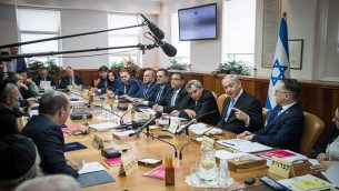 رئيس الوزراء بنيامين نتنياهو يترأس الجلسة الأسبوعية للحكومة في مكتب رئيس الوزراء بالقدس، 2 يونيو، 2019. (Yonatan Sindel/Flash90)