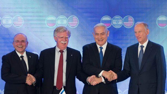 من اليمين: مستشار الامن القومي الروسي نيكولاي باتروشيف، رئيس الوزراء بنيامين نتنياهو، مستشار الامن القومي الامريكي جون بولتون، ومستشار الامن القومي الإسرائيلي مئير بن شابات، خلال قمة ثلاثية في القدس، 25 يونيو 2019  (Noam Revkin FentonFlash90)