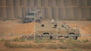 صورة توضيحية: مركبتان عسكريتان إسرائيليتان خلال اشتباكات عند السياج الحدودي بين إسرائيل وقطاع غزة، بالقرب من مدينة غزة، 28 يونيو، 2019. (Hassan Jedi/Flash90)