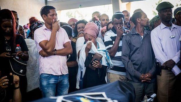 أقارب وأصدقاء يشاركون في جنازة سولومون تيكاه في كريات يام، 2 يوليو، 2019. (Yonatan Sindel/Flash90)