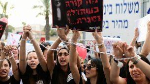 أهل يتظاهرون ضد ظاهرة العنف ضد الأطفال في حضانات، في تل أبيب، 7 يوليو، 2019. على اللافتة كُتب 'ما الذي يحدث عندما يُغلق الباب؟'(Tomer Neuberg/Flash90)