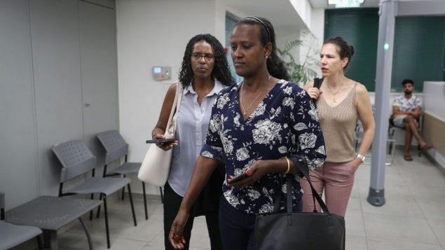 اورا تاسما وممثلي عائلة سولومون تيكاه يصلون قسم تحقيقات الشرطة الداخلية في القدس، 8 يوليو 2019 (Yonatan Sindel/Flash90)