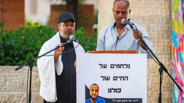 وركا تيكا، خلال مراسيم ذكرى لابنه، سولومون تيكا، الذي قُتل برصاص شرطي خارج الخدمة في حيفا، 10 يوليو 2019 (Flash90)