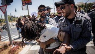 الشرطة تعتقل متظاهرين خلال مظاهرة لاثيوبيين اسرائيليين ومناصريهم في القدس ضد عنف الشرطة والتمييز، في اعقاب مقتل الشاب من أصول إثيوبية سولومون تيكاه (19 عاما) برصاص شرطي خارج الخدمة، 15 يوليو 2019 (Yonatan Sindel/Flash90)
