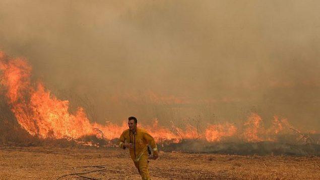 رجال اطفاء يحاولون اخماد حريق بالقرب من موشاف اديريت، 17 يوليو 2019 (Noam Revkin Fenton/Flash90)