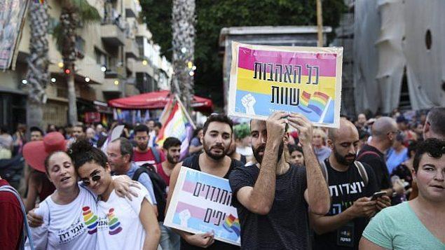 نشطاء من مجتمع الميم ينددون بالعنف ضد المتحولين جنسيا في تل أبيب، 28 يوليو، 2019. (Flash90)