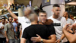 لم الفتية الإسرائيليين الذين تمت تبرئتهم من مزاعم الاغتصاب في قبرص مع أفراد عائلاته في مطار بن غوريون في 28 يوليو 2019.  (Flash90)