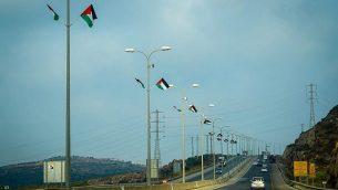 أعلام فلسطينية علقها نشطاء في اليمين الإسرائيلي على طول طريق سريع في الضفة الغربية، 7 يوليو، 2019.  (Courtesy of Regavim)